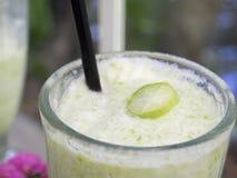 Una bebida fuerte y picante dulce del jugo hecha de la fruta del bilimbi/de la sacudida del bilimbi Imagen de archivo libre de regalías