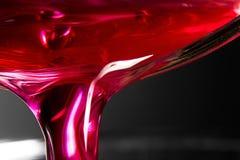 Una bebida roja y rosada se vierte en una macro Imagen de archivo