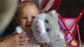 Una bella bambina sta giocando con un giocattolo molle stock footage