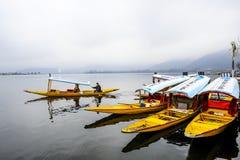 Una bella barca chiamata ` di shikara del ` è stata utilizzata a Dal Lake Kashmir, India durante l'inverno Fotografie Stock Libere da Diritti