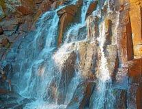 Una bella cascata nella fauna selvatica della foresta, cascate in un taiga abbandonato della foresta Fotografie Stock Libere da Diritti