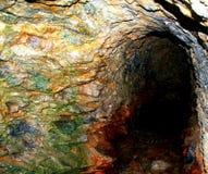 Una bella caverna variopinta della spiaggia immagini stock libere da diritti