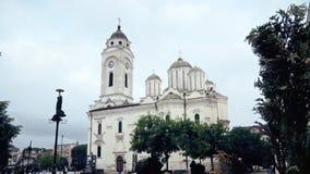 Una bella chiesa ortodossa nel centro urbano archivi video