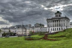 Una bella costruzione su un fondo del cielo della molla a Mosca Fotografia Stock Libera da Diritti