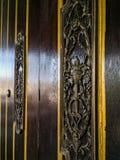 Una bella decorazione d'ottone sulla porta di legno fotografia stock