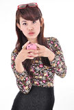 Una bella donna che porta un telefono cellulare rosa Immagini Stock