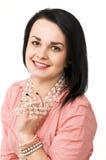 Una bella donna con la collana di vetro Fotografia Stock