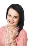 Una bella donna con la collana di vetro Fotografie Stock Libere da Diritti