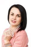 Una bella donna con la collana di vetro Immagini Stock Libere da Diritti
