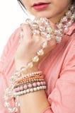 Una bella donna con la collana di vetro Fotografia Stock Libera da Diritti