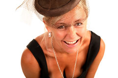 Una bella donna con un velare sulla sua testa, sorridente Immagini Stock