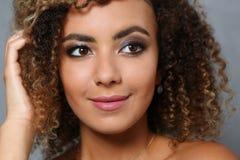 Una bella donna di colore con un ritratto del grande fronte Immagini Stock Libere da Diritti
