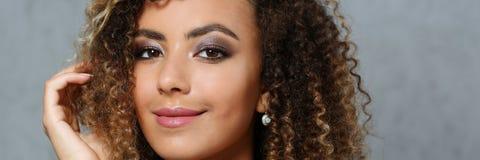 Una bella donna di colore con un ritratto del grande fronte Fotografia Stock