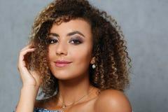 Una bella donna di colore con un ritratto del grande fronte Immagine Stock