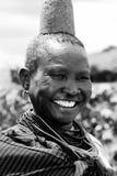 Una bella donna di Karamajong sorride con la tolleranza in Karamoja, Uganda fotografia stock libera da diritti