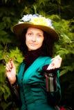 Una bella donna in un vestito verde dall'annata Immagini Stock