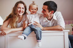 Una bella famiglia di tre genti, del papà della mamma e della figlia Fotografia Stock Libera da Diritti