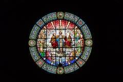 Una bella finestra di vetro macchiato rotonda nel monastero di Montserrat su un fondo nero Barcellona, Spagna Immagini Stock