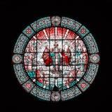 Una bella finestra di vetro macchiato rotonda nel monastero di Montserrat su un fondo nero Barcellona, Spagna Immagini Stock Libere da Diritti