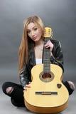 Una bella giovane bionda con una chitarra classica Immagini Stock Libere da Diritti