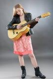 Una bella giovane bionda con una chitarra classica Fotografia Stock Libera da Diritti