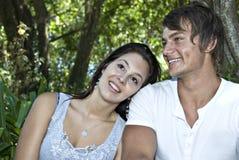 Una bella giovane coppia che ha divertimento all'aperto Fotografia Stock