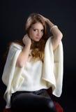 Una bella giovane donna bionda in studio Immagine Stock Libera da Diritti