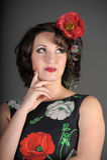 Una bella giovane donna con i papaveri Immagini Stock
