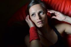Una bella giovane donna con le cuffie rosse Immagine Stock Libera da Diritti