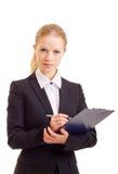 Una bella giovane donna di affari con il dispositivo di piegatura Immagini Stock