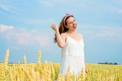 Una bella giovane donna su un giacimento di grano fotografie stock libere da diritti