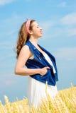 Una bella giovane donna su un giacimento di grano immagine stock libera da diritti