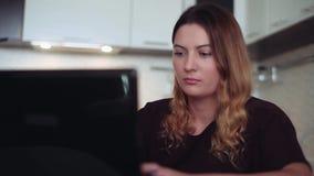 Una bella giovane donna usa Internet Stile domestico video d archivio