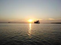 Una bella immagine del gabbiano e l'alba, le nuvole e l'acqua fotografie stock libere da diritti