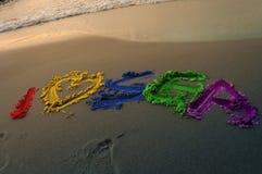 Una bella iscrizione nei colori dell'arcobaleno Amo il mare Pubblicità di festa non dimenticata Fotografia Stock