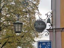 Una bella lampada di via con un gazebo fotografia stock libera da diritti