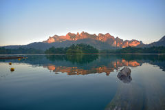 Una bella montagna di mattina alla diga di Ratchaprapa, Tailandia Fotografie Stock