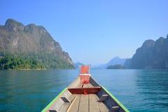 Una bella montagna di mattina alla diga di Ratchaprapa, Tailandia Fotografia Stock