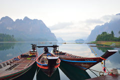 Una bella montagna di mattina alla diga di Ratchaprapa, Tailandia fotografia stock libera da diritti