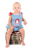 Una bella neonata di 10 mesi sulla pila di enciclopedie Immagine Stock Libera da Diritti