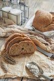 Una bella pagnotta del pane di lievito naturale da grano bianco su un piatto su un bordo di tela Pasticcerie casalinghe immagine stock libera da diritti