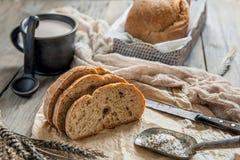 Una bella pagnotta del pane di lievito naturale da grano bianco su un piatto su un bordo di tela Pasticcerie casalinghe immagine stock