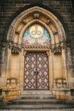 Una bella porta antica alla cattedrale cattolica situata nell'alta città ha chiamato Vysehrad a Praga Entrata al Fotografie Stock