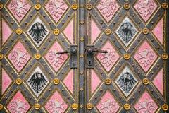 Una bella porta antica alla cattedrale cattolica situata nell'alta città ha chiamato Vysehrad a Praga Entrata al Immagine Stock