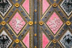 Una bella porta antica alla cattedrale cattolica situata nell'alta città ha chiamato Vysehrad a Praga Entrata al Fotografia Stock