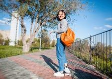 Una bella ragazza asiatica di 15-16 anni, adolescente millenial sulla s Fotografia Stock