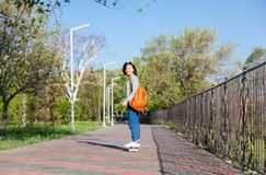 Una bella ragazza asiatica di 15-16 anni, adolescente millenial sulla s Immagine Stock