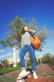 Una bella ragazza asiatica di 15-16 anni, adolescente millenial sulla s Immagini Stock