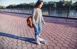 Una bella ragazza asiatica di 15-16 anni, adolescente millenial sulla s Fotografie Stock