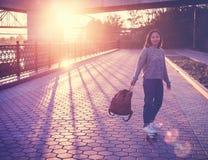 Una bella ragazza asiatica di 15-16 anni, adolescente millenial sulla s Fotografia Stock Libera da Diritti
